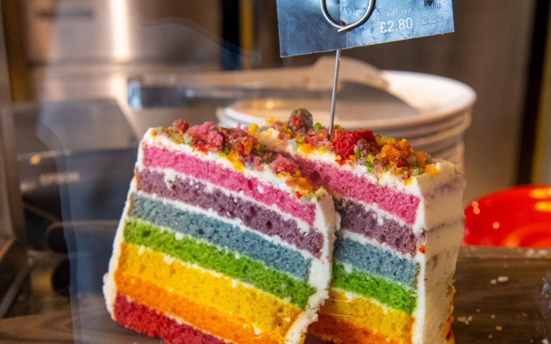 REGNBÅGSTÅRTA – Recept på enkel och unik tårta