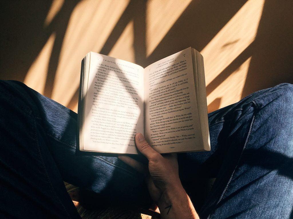 Läser bok. Self-care tips. Ta hand om dig själv.