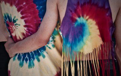 Batikmönster med tie-dye och textilfärg